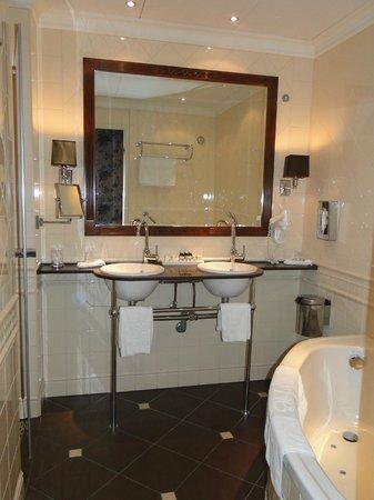 Hotel Estherea: Salle de bain avec Jacuzzi