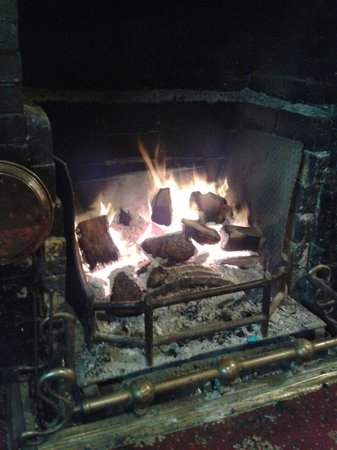 The Crown Inn at Catcott: Only thing warmer than the service - the roaring log fire :)