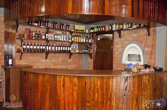 Sal o confort vel em estilo r stico picture of varanda for Mobiliario rustico para bares