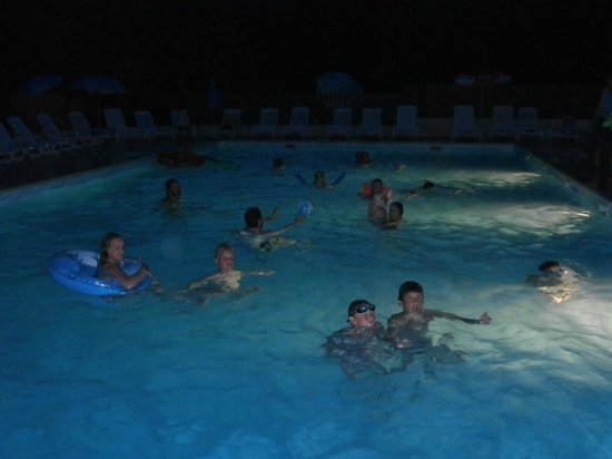 Camping La Castillonderie: piscine by night