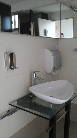 ViewPort Hotel Montevideo: Baño en estar del último piso