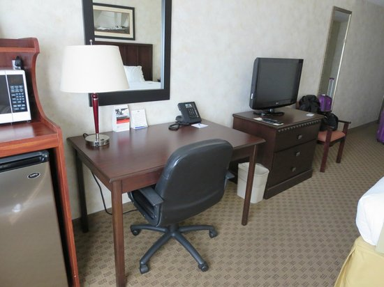 Holiday Inn Express San Diego South - Chula Vista: Desk/TV in room