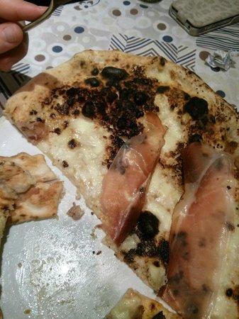 Aversa, อิตาลี: Pizza bruciata alla salsa di noci