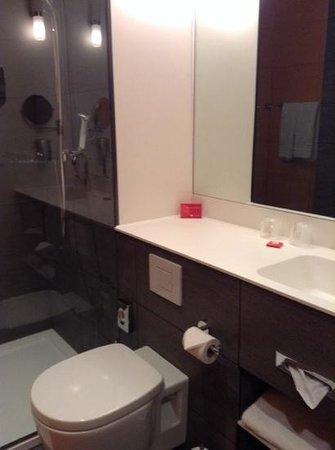 Ramada Apollo Amsterdam Centre : our bathroom