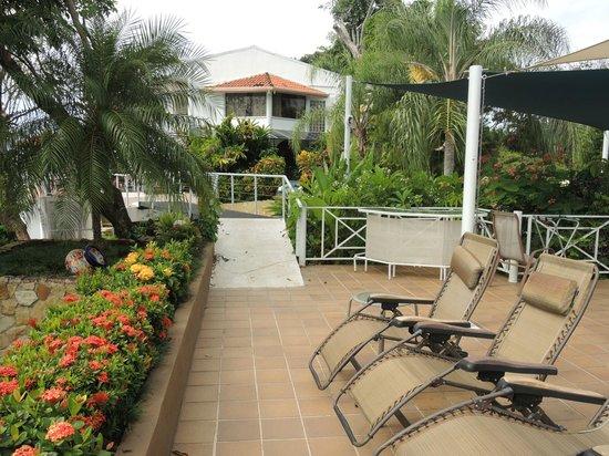 La Mansion Inn: Upper terrace