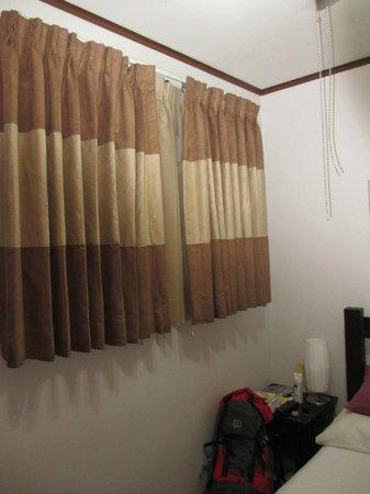 Hotel Paseo Colon: Fenêtre qui donne sur un corridor désert