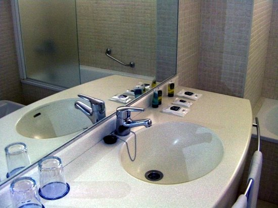 Hotel Albahía: Bathroom, which included bath/shower and bidet