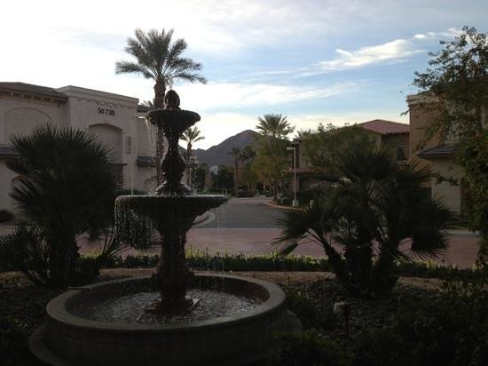 Embassy Suites by Hilton La Quinta Hotel & Spa : Entry of hotel - better than the typical Embassy Suites