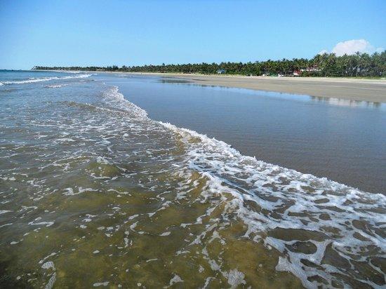 Myanmar Treasure Resorts - Ngwe Saung : wide beach at low tide