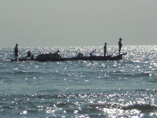 Myanmar Treasure Resorts - Ngwe Saung : a working boat on the Bay of Bengal