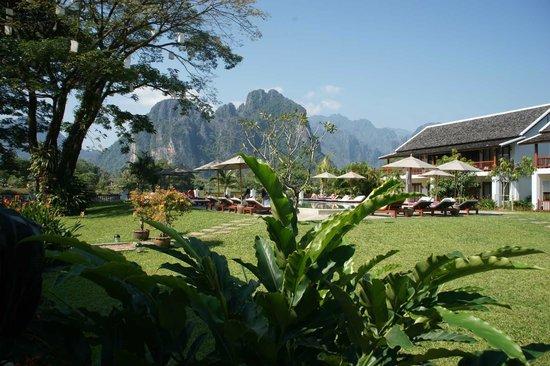 Riverside Boutique Resort: Aussicht aus dem Garten auf Schwimmbad