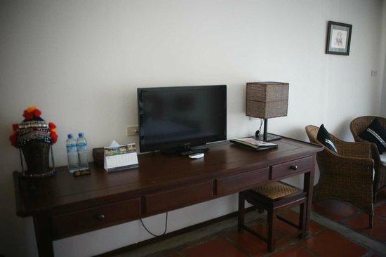 Riverside Boutique Resort: Schreibtisch & TV