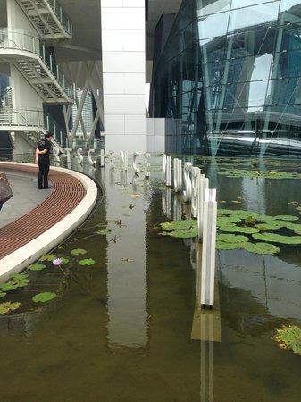 Museo de Arte y Ciencia de Marina Bay Sands: ArtScience Museum entry way.