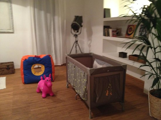 NYX Prague : bebeconfort traveling cot and toys for our little one