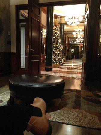Avalon Hotel: Christmas in the lobby!