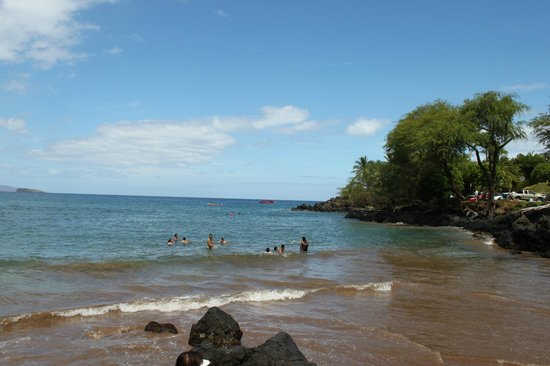 Makena Beach: The snorkeling is this way along the rocks