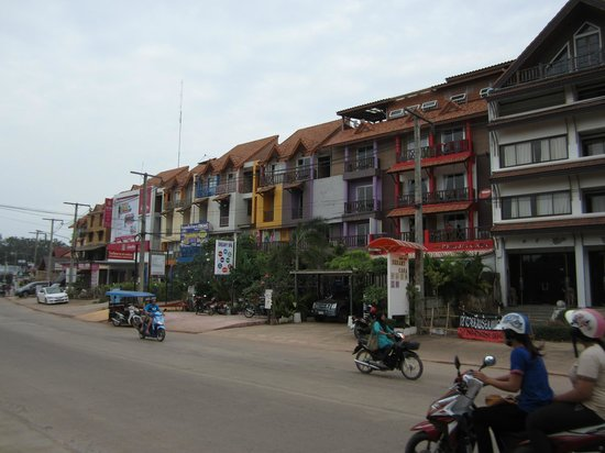 Non La Mer Hostel: View of the buildings along the road