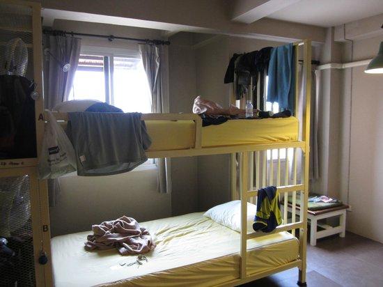 Non La Mer Hostel: Large lockers, lots of space in 4-bed fan room