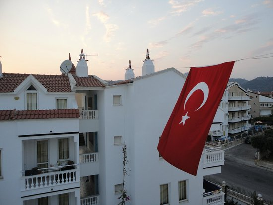 Ceylan Apart : flag outside the balcony