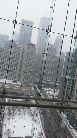 Embassy Suites by Hilton Chicago Downtown Magnificent Mile: View of Chicago from the Elevators