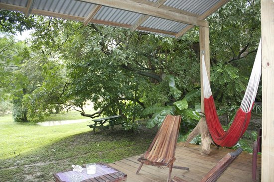 Parrot Nest Lodge: Common area looking out to the river