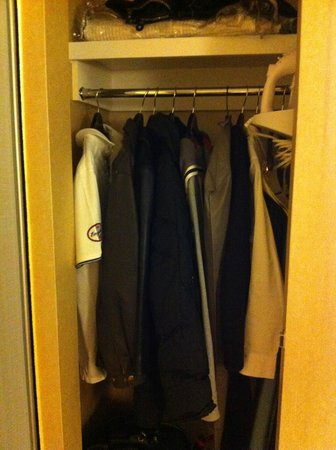 Hampton Inn Santa Barbara/Goleta: Tiny closet
