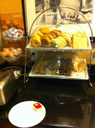 Hampton Inn Santa Barbara/Goleta: Bread selection for breakfast