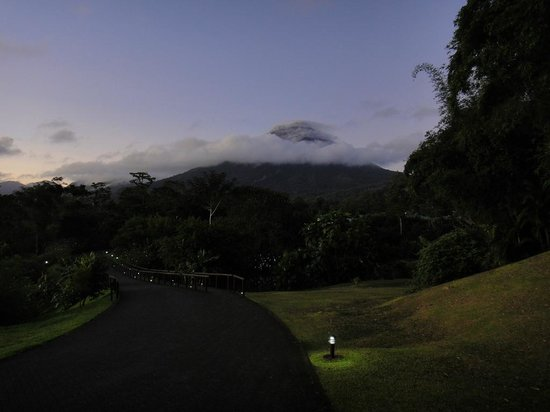 Arenal Manoa Hotel: Pre-Dawn Arenal from Near the Restaurant