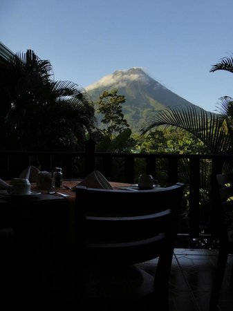 Arenal Manoa Hotel : Arenal from the Breakfast Table