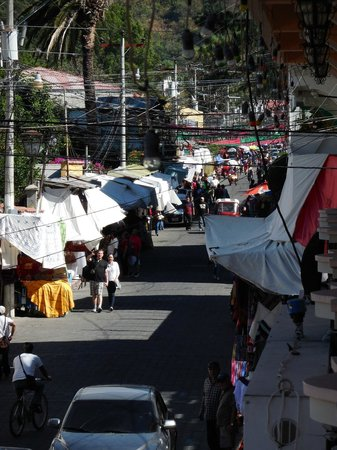 Hotel El Chaparral: View of the market on Calle Satander from our room.