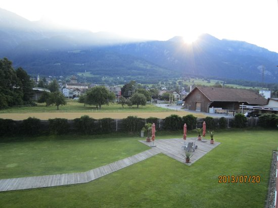 Swiss Heidi Hotel: マイエンフェルトの町とハイジの里の山並み