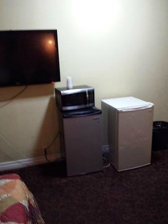 Glen Capri Inn & Suites - Colorado Street: Big TV and only one fridge worked. SO why 2?