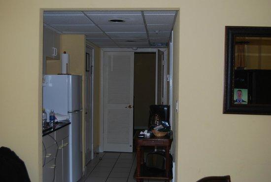 Coconut Malorie Resort: Kitchen looking into bathroom