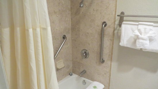 Cannery Row Inn : Shower