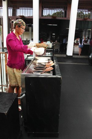 Padma Hotel Bandung: Breakfast traditional style