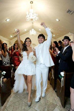 Chapel of the Flowers : Enfim casados fazendo pose para a câmera ao vivo que não foi ao vivo