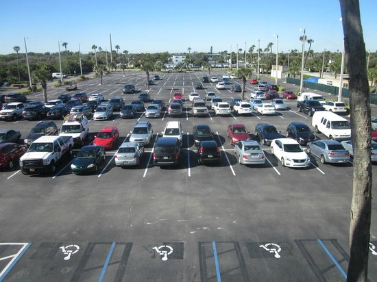 Hilton Cocoa Beach Oceanfront : view of parking lot