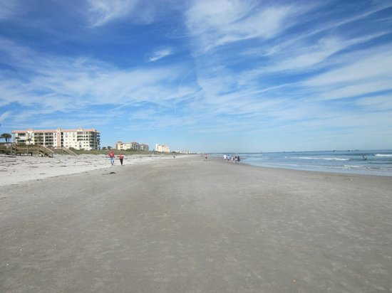 Hilton Cocoa Beach Oceanfront : beach in front of hotell