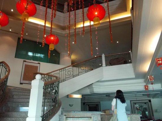 Sabah Oriental Hotel: ロビーです。 中華系ホテルなので旧正月の飾りつけをしていました。