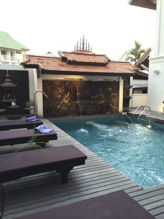 De Naga Hotel: small pool - not much sun, but lovely to look at