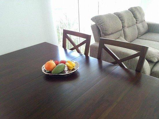 Pineapple Hills Resort: Living room with sofa