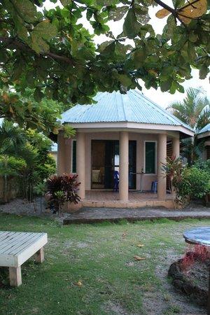 Le Uaina Beach Resort: Our beachfront bungalow