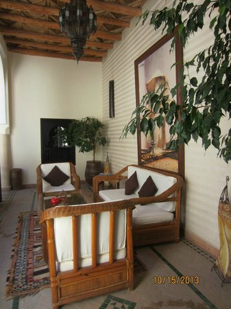 Riad Les Trois Palmiers El Bacha: One of many sitting areas around the riad