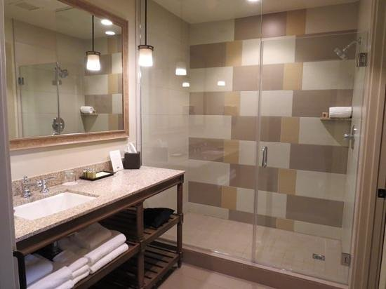 Ponte Vineyard Inn : Large bathroom