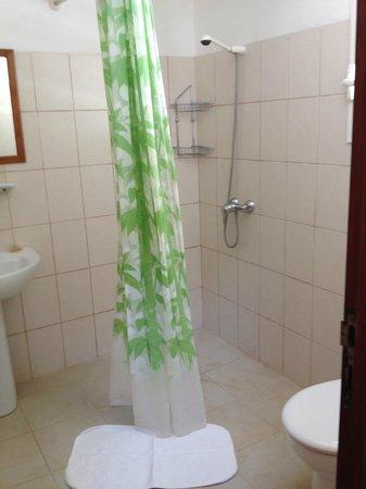 Hotel La Mira de Madio Rano: Sink, shower, toilet
