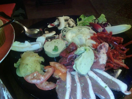 L'Estable : Giant plate of fresh meat and vegetables to cook on your own grill!