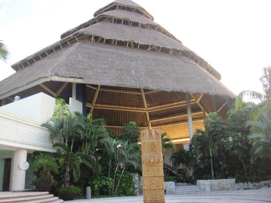 Grand Park Royal Cozumel: Roof of Lobby.