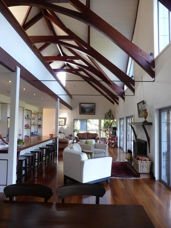 River Retreat Bed & Breakfast: Striking Architecture in the Common Room