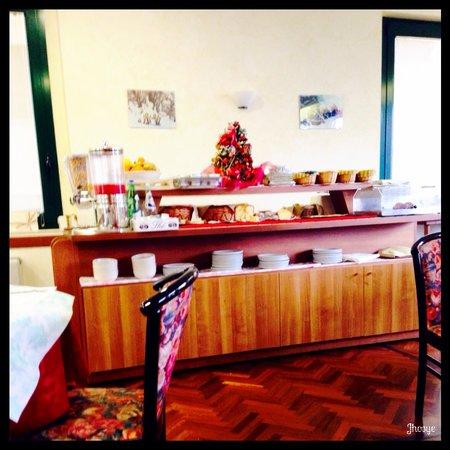ألبيرجو أنجويوليني: Colazione a buffet :)