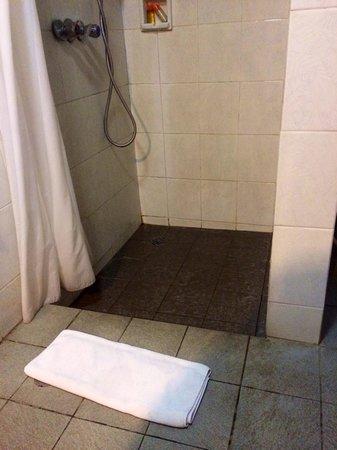 Kila Senggigi Beach Lombok: Disgusting bathroom grime